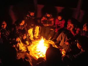 キャンプで囲んだたき火
