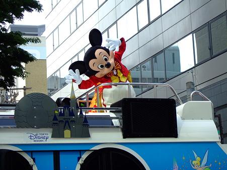 東京ディズニーリゾートに続く花自動車の後に横断幕が入ります