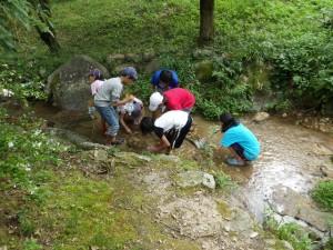 川底からきれいな砂や小石を集めます