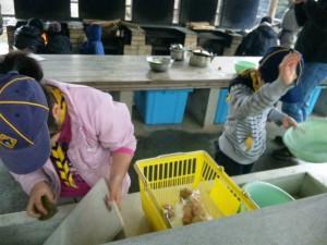 まな板を洗ったら野菜を切ります